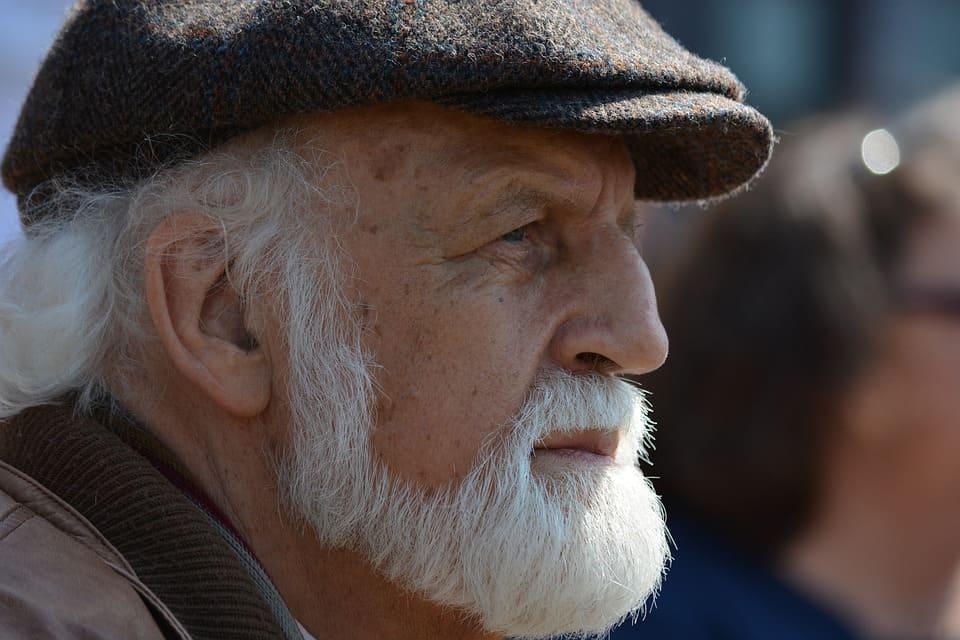Äldre man med vitt skägg