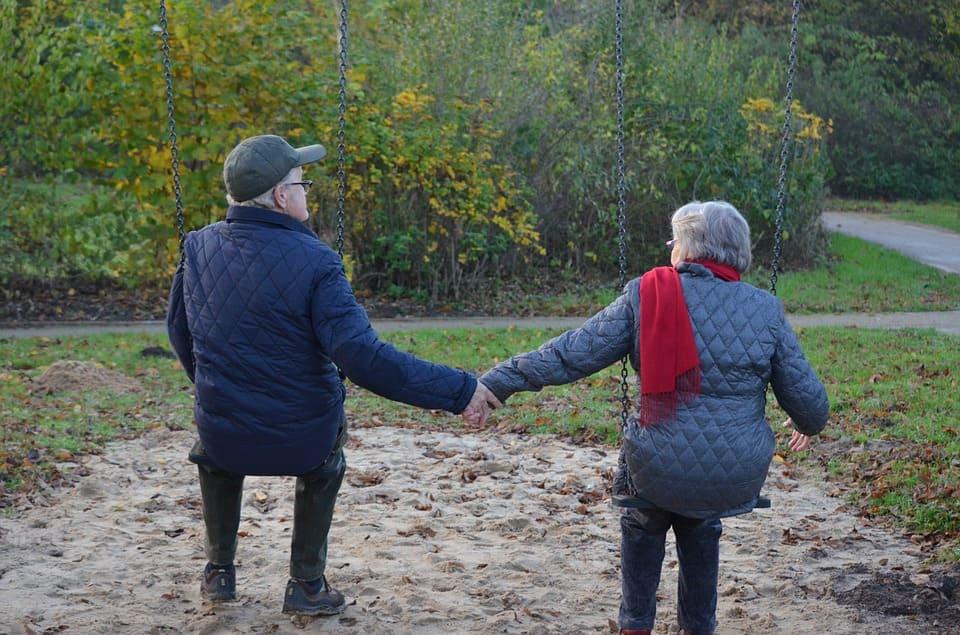 Äldre par i gungor