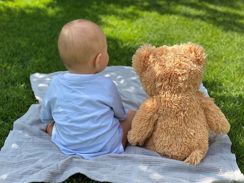 Baby med nallebjörn
