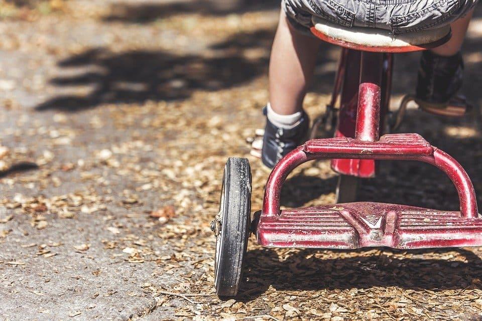 Barn på trehjuling