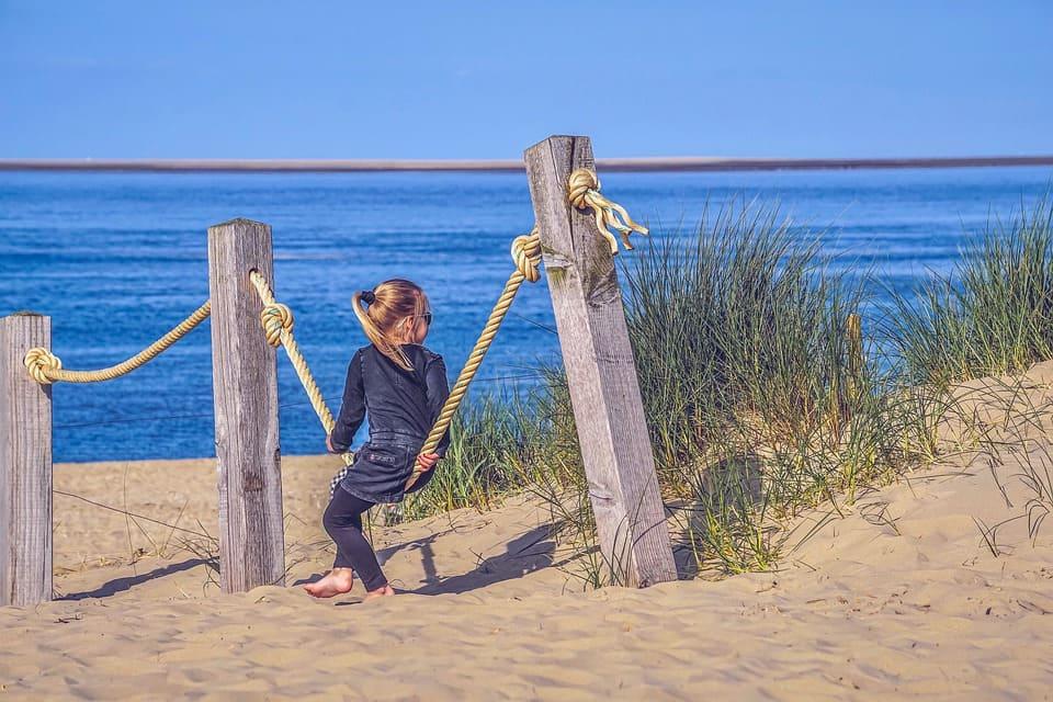 Flicka på strand