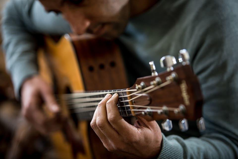 Gitarrspelande man