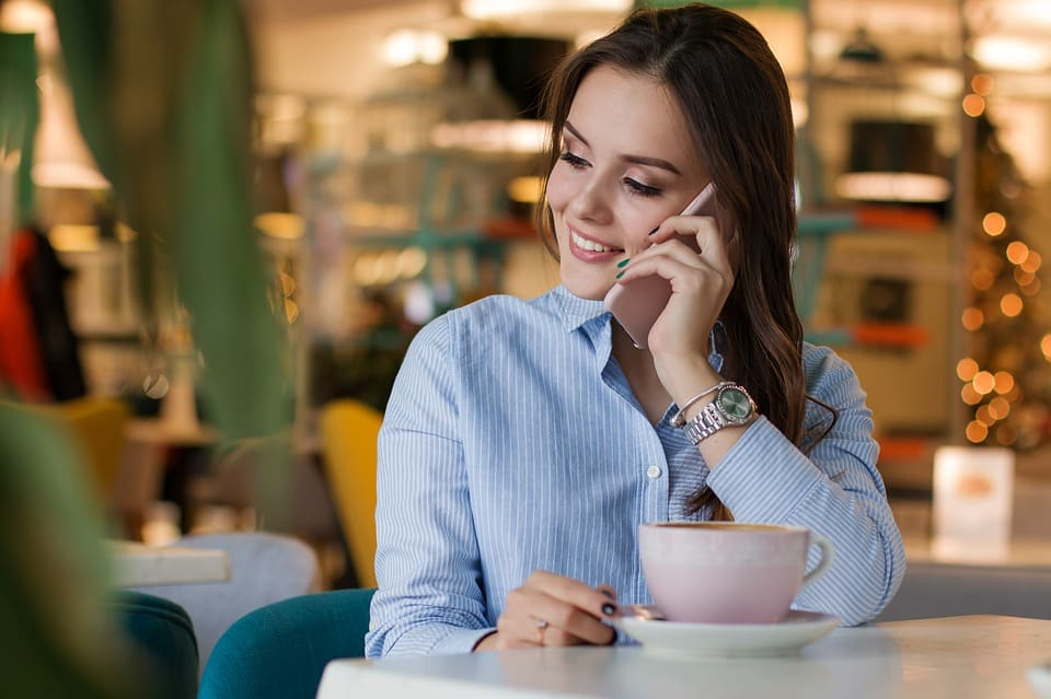 Kvinna i mobilsamtal