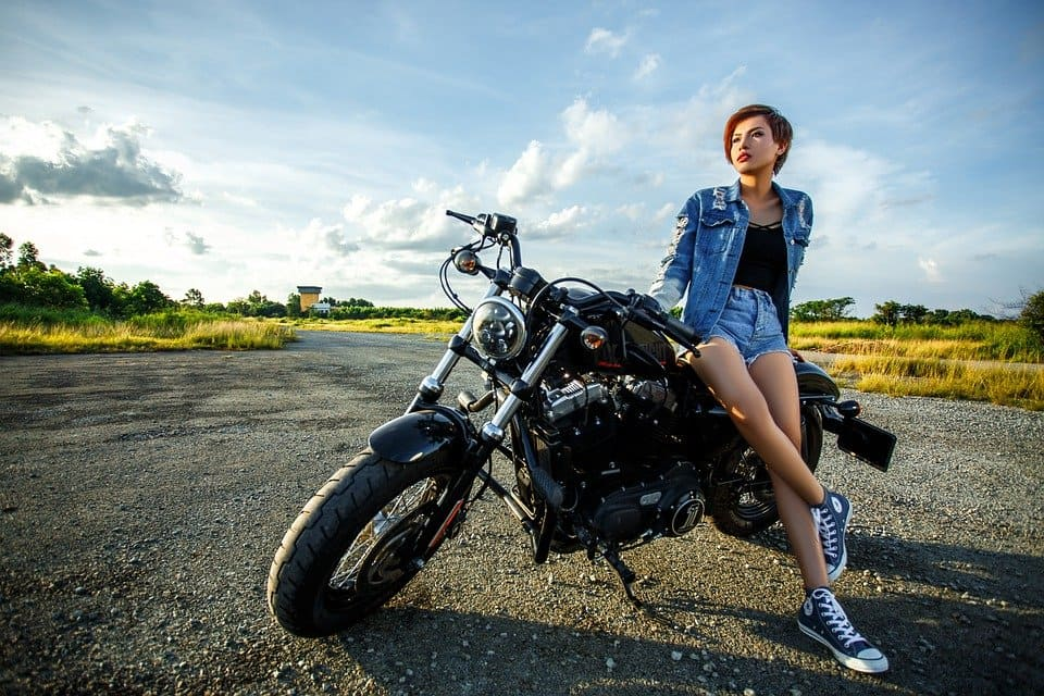 Kvinna med motorcyckel