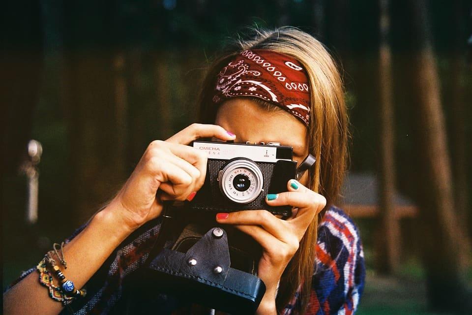 Kvinna som fotograferar