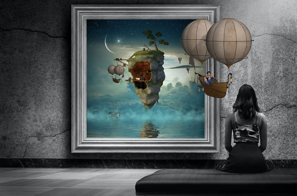 Kvinna som tittar på konst
