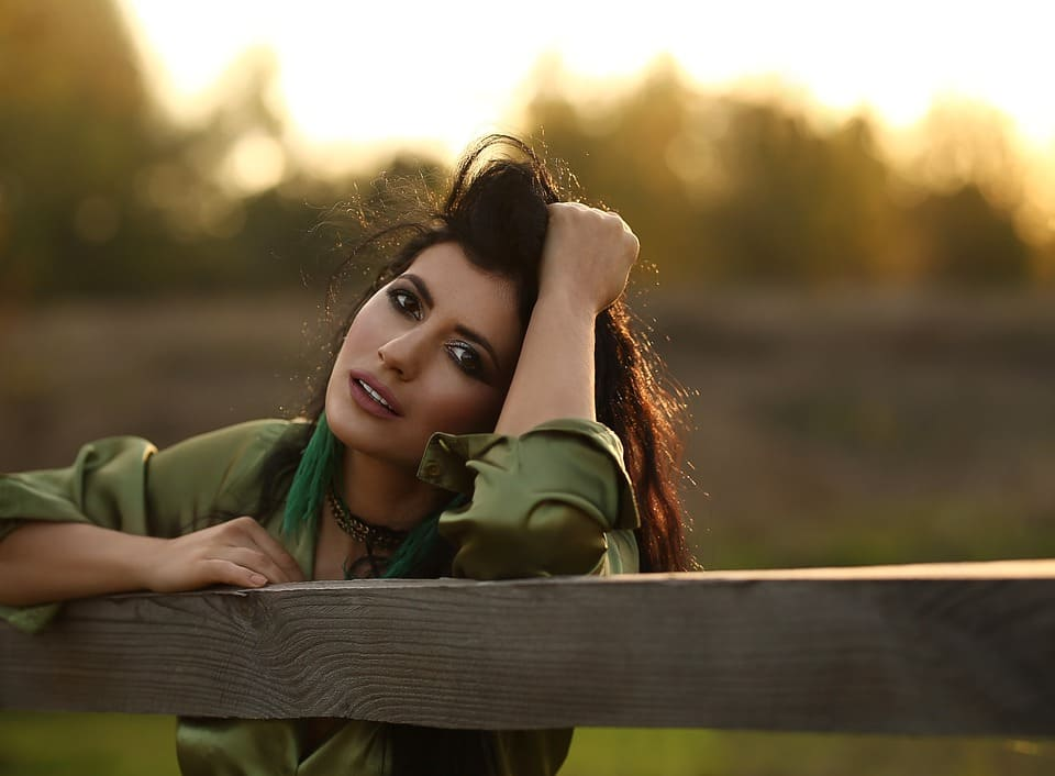 Kvinna vid staket