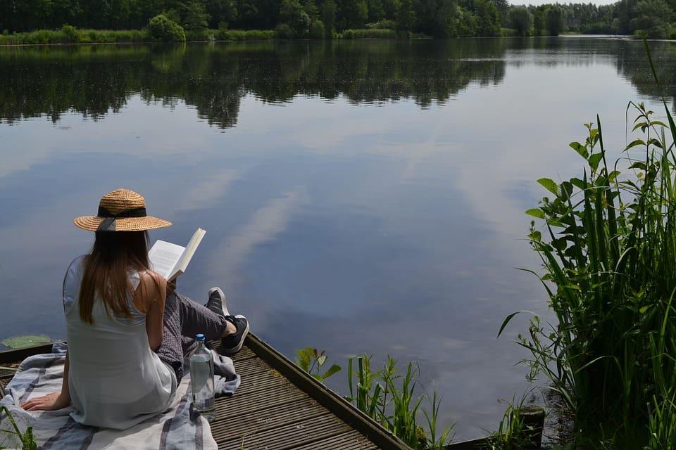 Läsa vid sjön