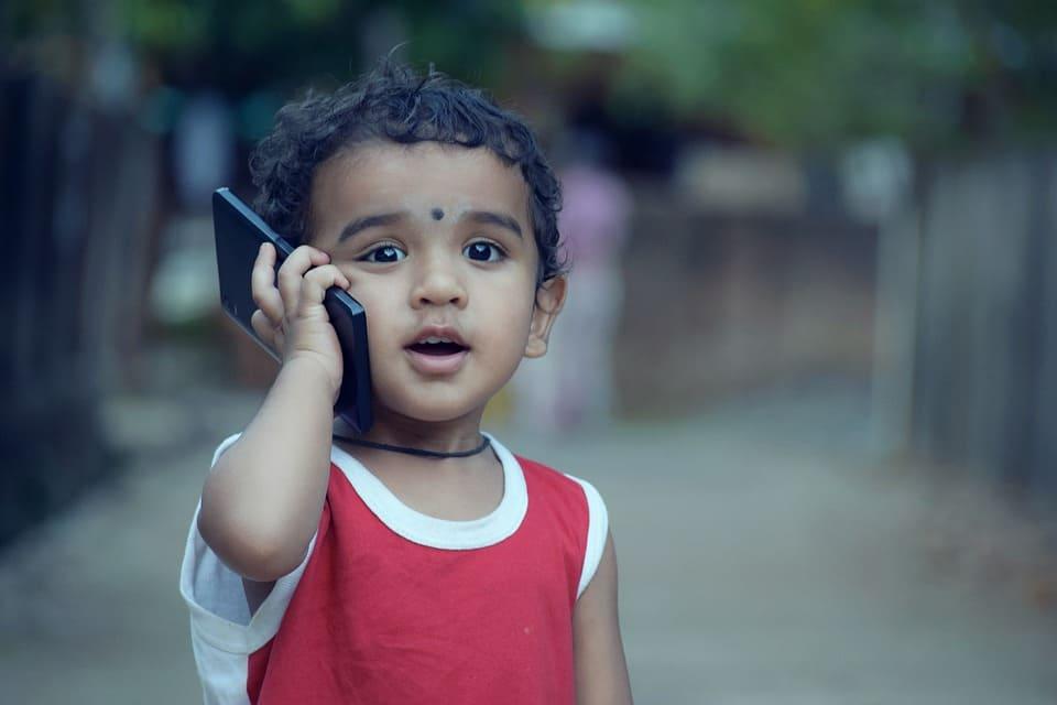 Litet barn med mobil