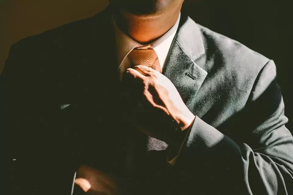 Man knyter slips