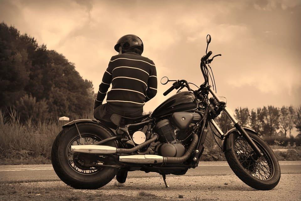 Man med motorcykel