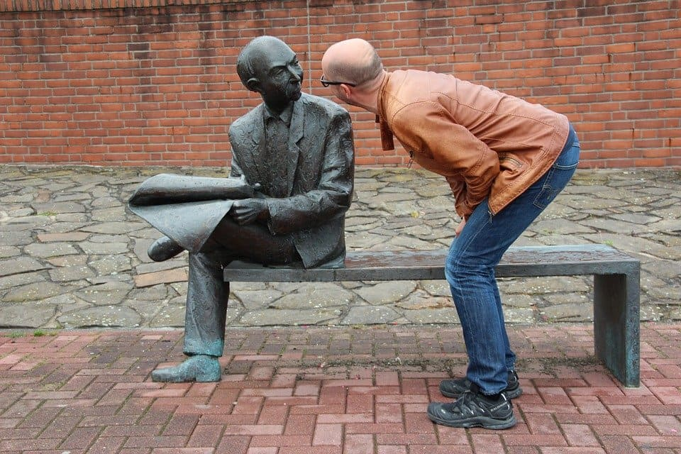Man och skulptur