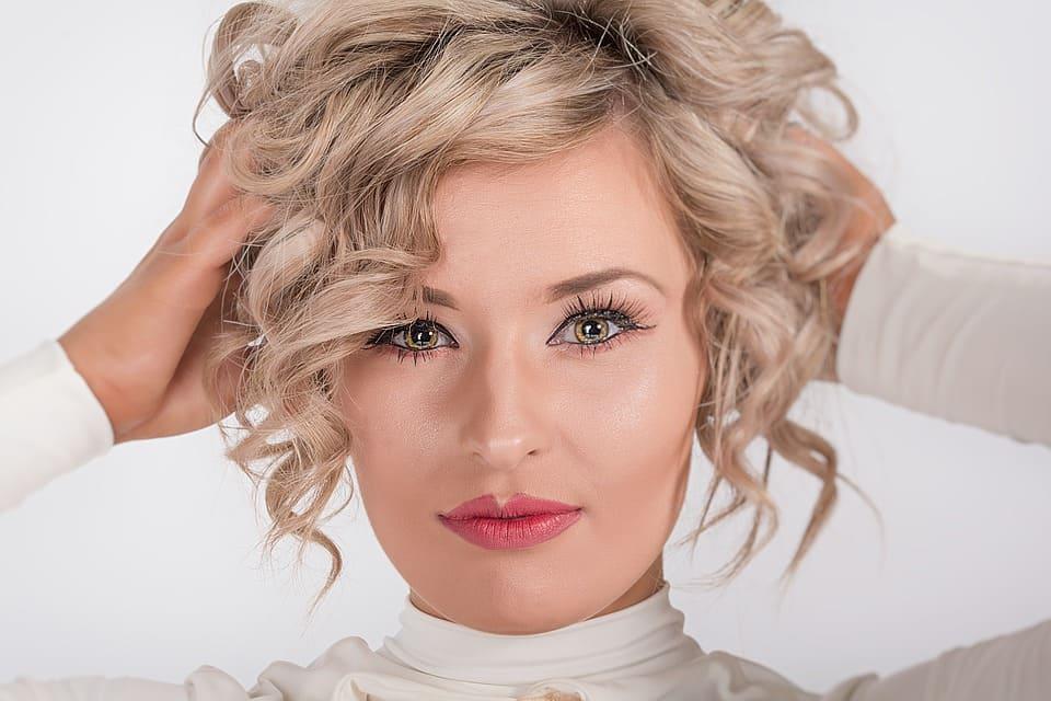 Modell med snygg frisyr