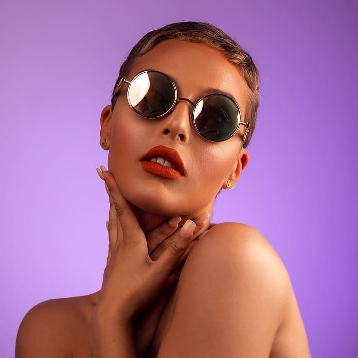 Modell med solglasögon
