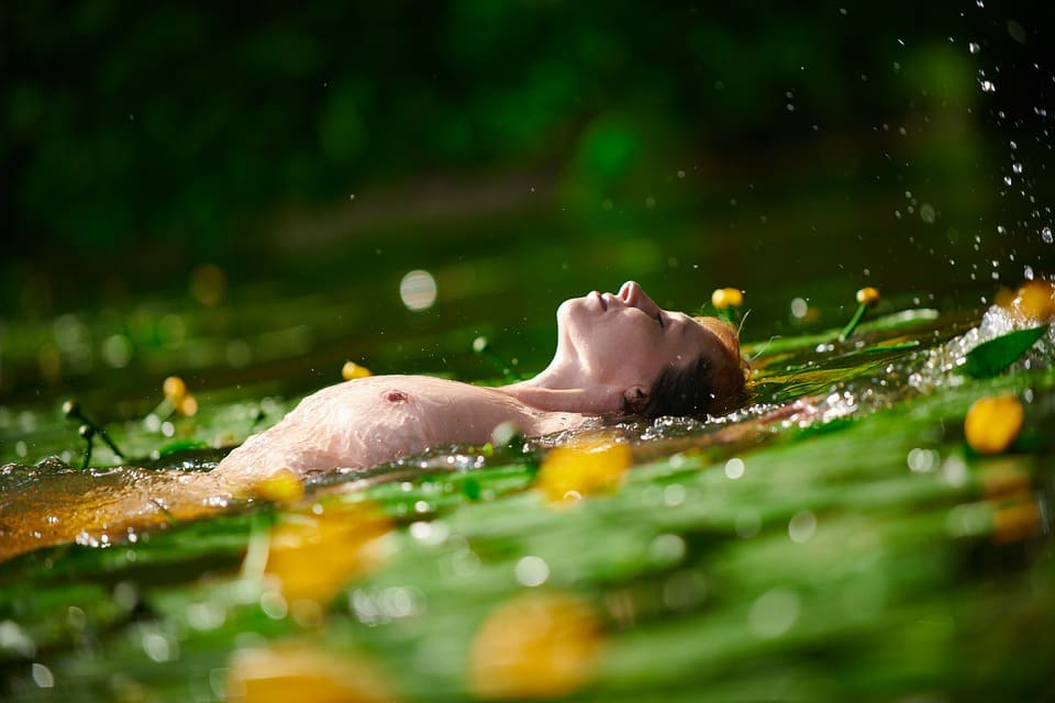 Naken kvinna i damm