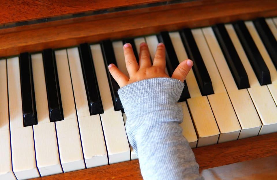 Pianospelande barn