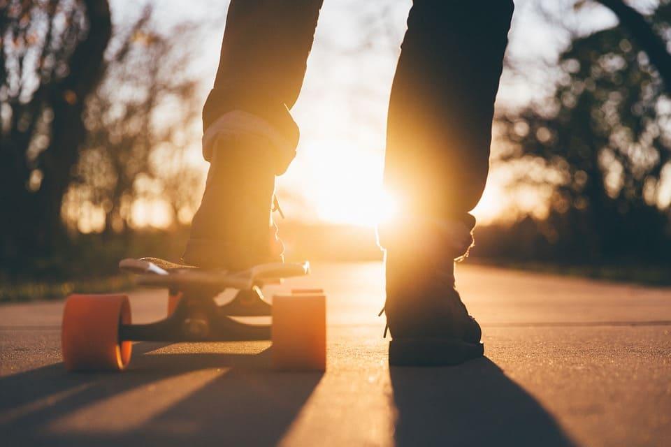Pojke med skateboard