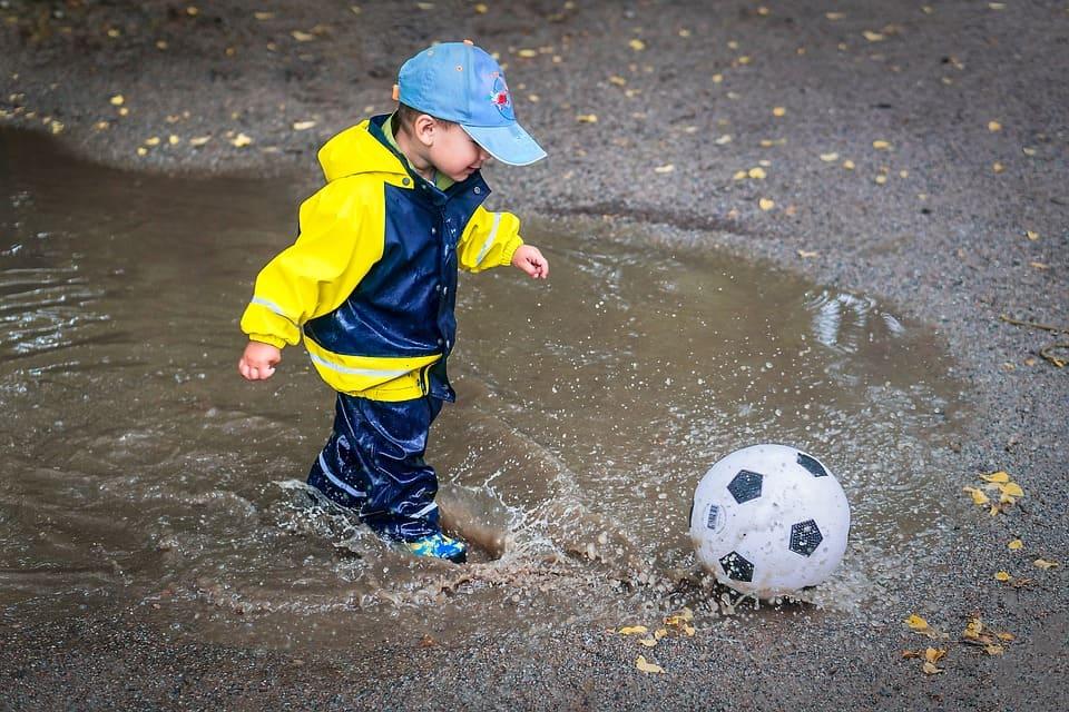 Pojke spelar boll