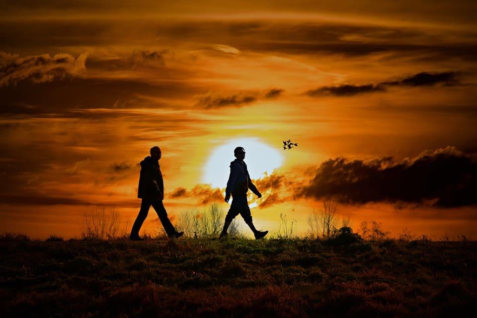 Promenad i solnedgång