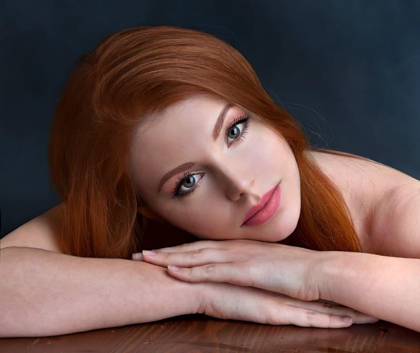Rödhårig ung tjej