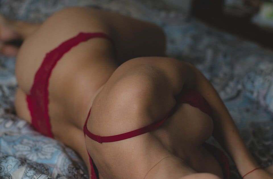 Sexig tjej i säng