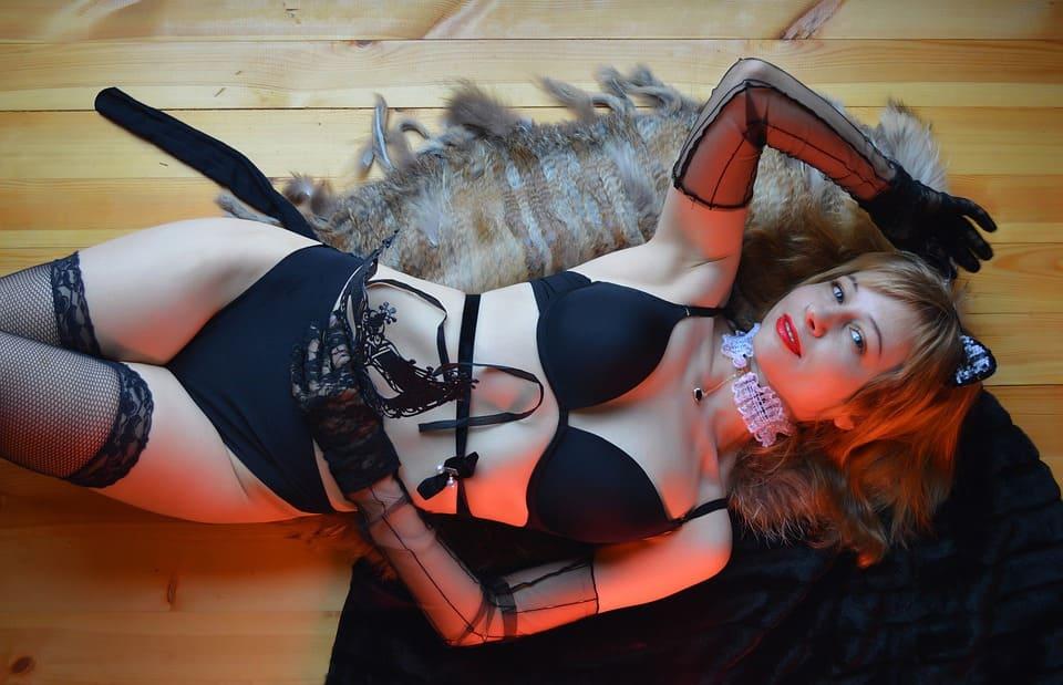 Sexig tjej på golvet