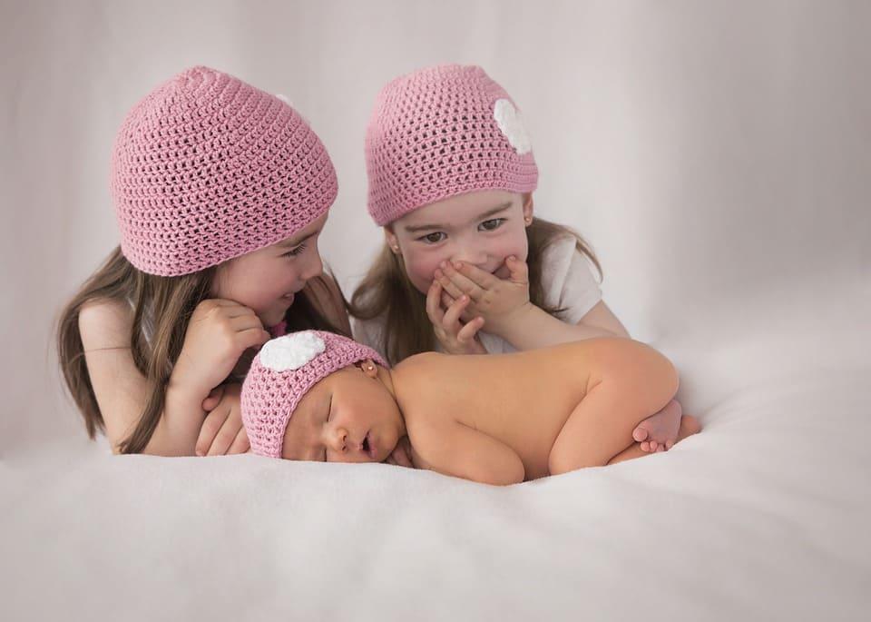 Småbarn med nyfödd