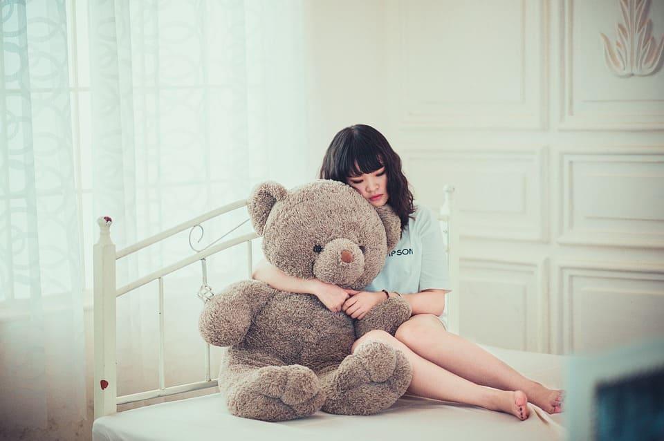Tjej med teddybjörn