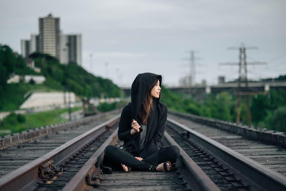 Tjej på tågspår