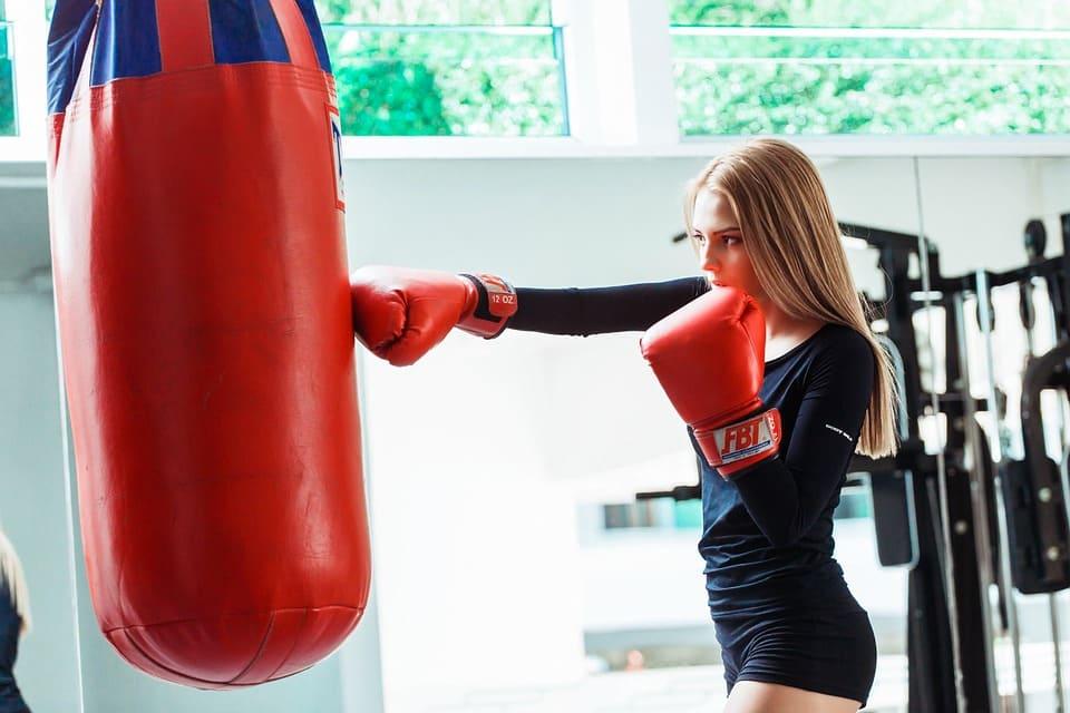 Tjej tränar boxning