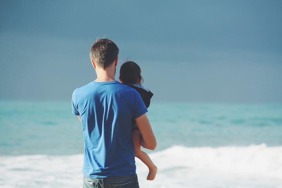 Ung pappa med barn