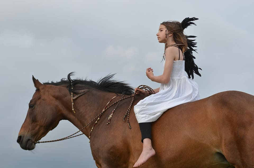 Ung tjej på häst