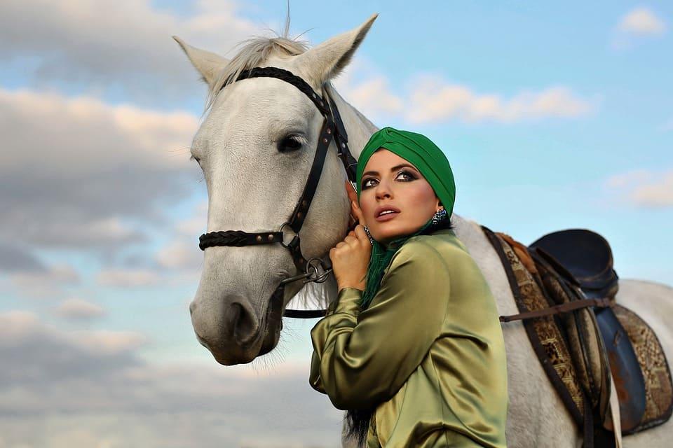 Vacker kvinna med häst